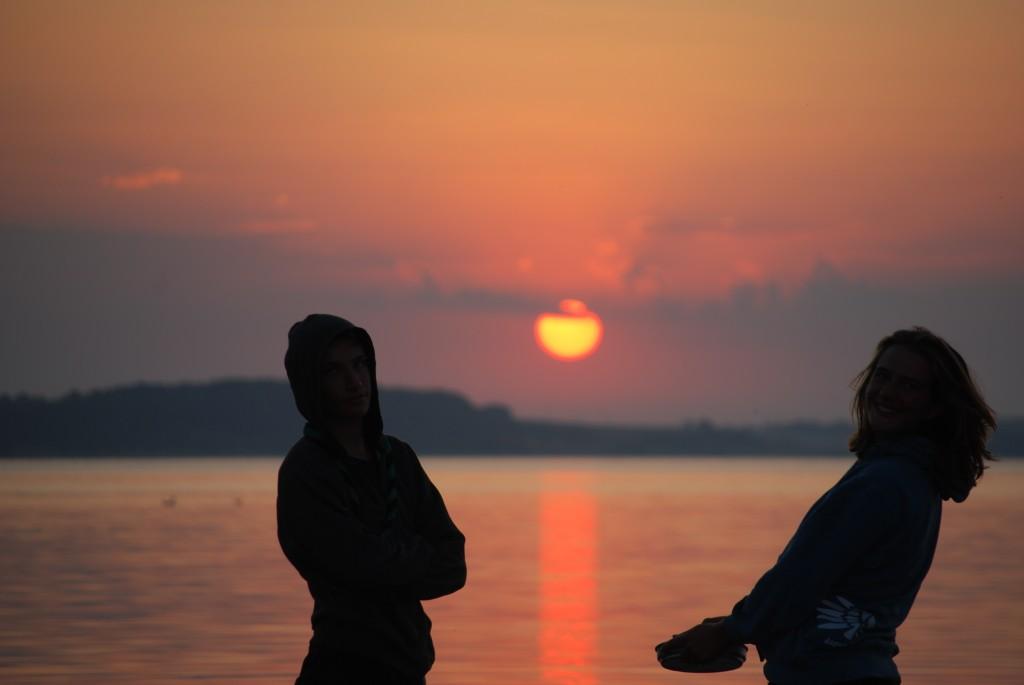 deux pionniers dans le coucher de soleil
