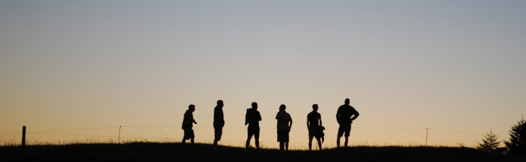 des responsables dans le coucher de soleil