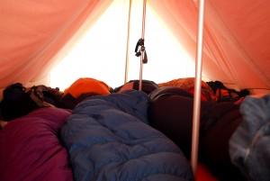 des personnes endormies dans leurs sacs de couchages, 2014